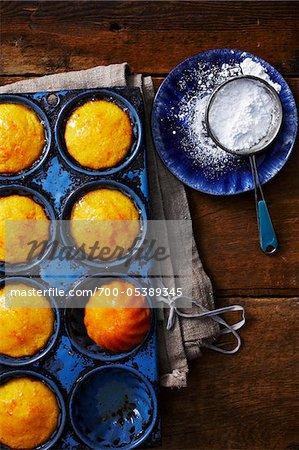 Maisbrot-Muffins und Puderzucker