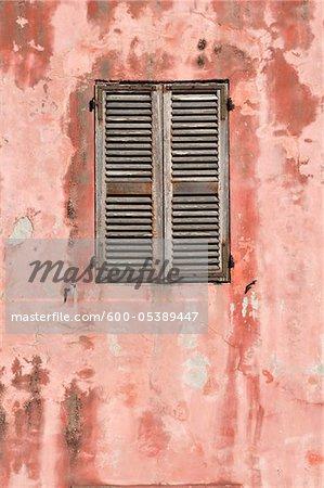 Nahaufnahme von Wand und Fenster mit geschlossenen Fensterläden, Korsika, Frankreich