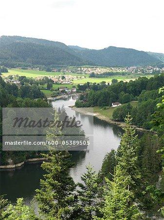 Paysage avec rivière et les Villages de montagne