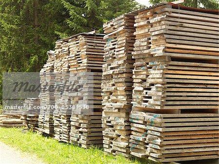 Piles de palettes en bois