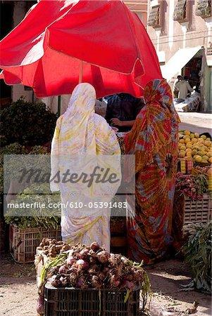 Maroc, Guelmim, le marché, les femmes voilées