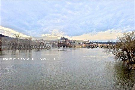 République tchèque, Prague, la rivière Vltava et la cathédrale Saint-Guy en arrière-plan