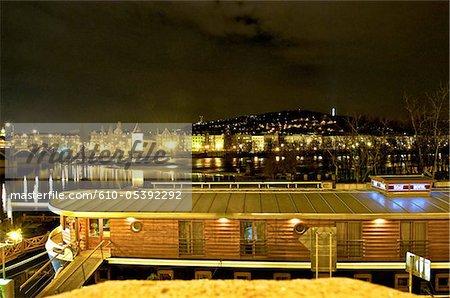 République tchèque, Prague, une barge sur la rivière Vltava par nuit