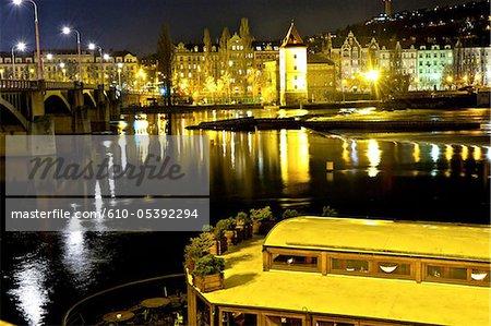 Banque de la République tchèque, Prague, de la rivière Vltava par nuit