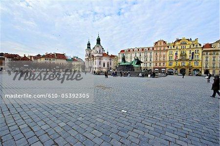 République tchèque, Prague, la place staromestske, église Saint Nicolas et la tour de l'horloge