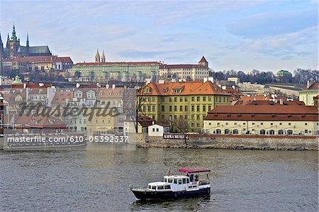 République tchèque, Prague, bateau sur la rivière Vltava et le musée Kafka
