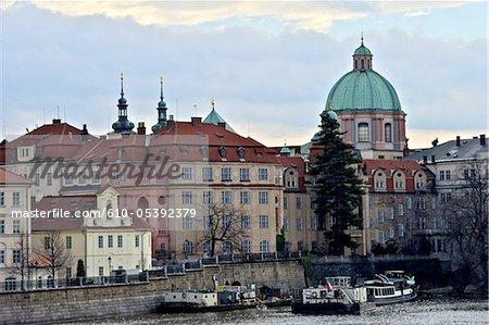 République tchèque, Prague, rive de la rivière Vltava, l'Eglise St Francis