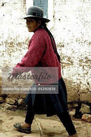 Pérou, province d'Urubamba, Chinchero, femme de la rue