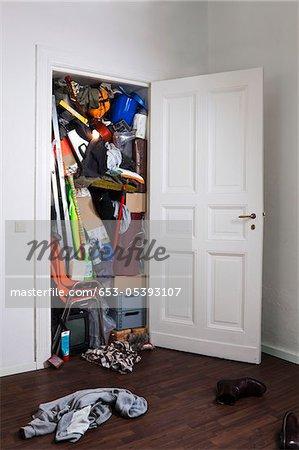 Ein Kleiderschrank gefüllt mit verschiedenen Staugüter