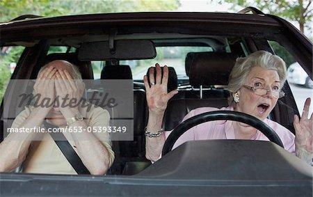 Senior Woman mit Mühe lernen zu fahren