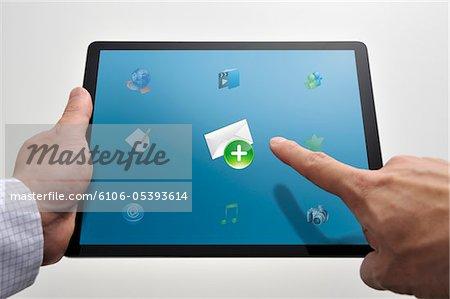 Homme taper le symbole de courriel sur le tablet PC
