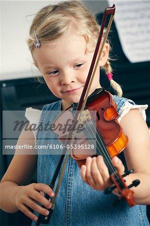 Kleine Mädchen spielen Violine