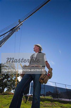 Ingénieur en préparation à l'installation d'équipements sur un poteau électrique