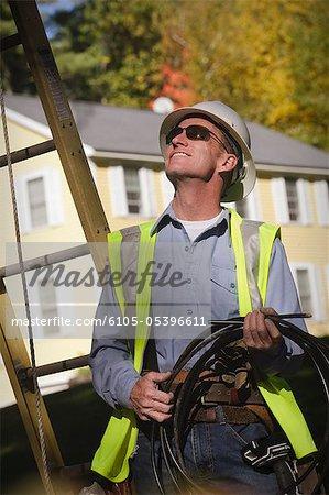 Ingénieur préparer le fil pour la pose des câbles