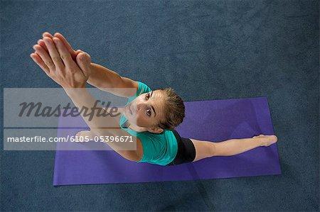 Femme pratiquant warrior 1 pose dans une salle de sport