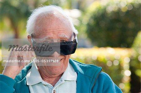 Portrait d'un homme supérieur, portant des lunettes noires de la cataracte