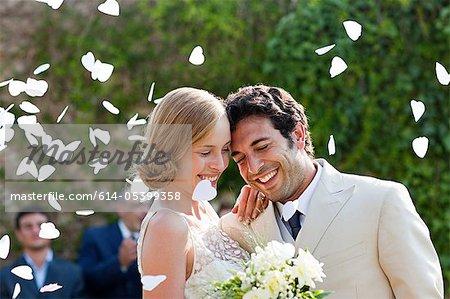 Les nouveaux mariés embrassant à la cérémonie de mariage