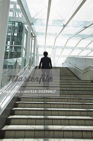 Homme d'affaires remontant à étapes