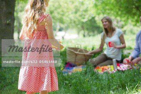 Pique-nique avec la famille de la fillette