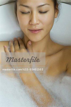 Jeune femme prise bubble bath