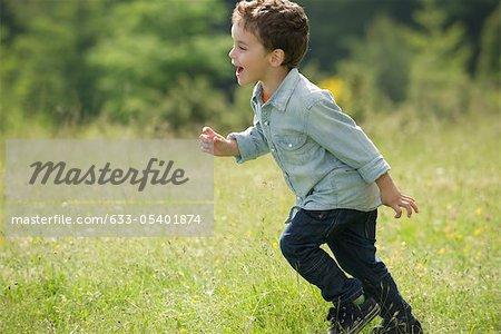 Kleiner Junge im Feld ausgeführt
