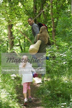 Famille ensemble de randonnée dans les bois