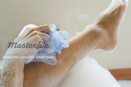Femme jambe à laver dans le bain, recadrée
