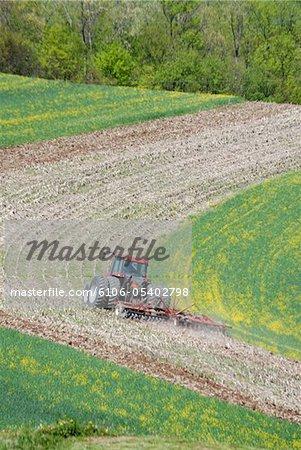 Traktor, ein Feld zu pflügen.