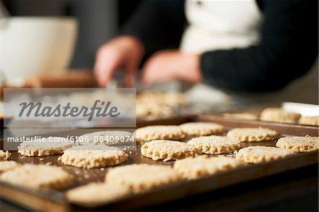 Home made froment biscuit assis sur la plaque à gâteaux