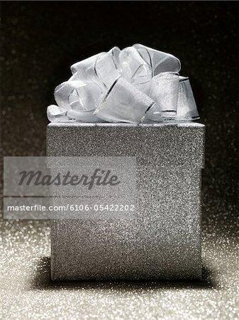 Silber Geschenk auf silbernem Hintergrund