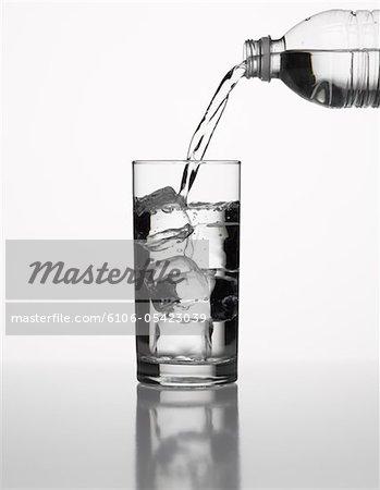 Verser de l'eau en bouteille