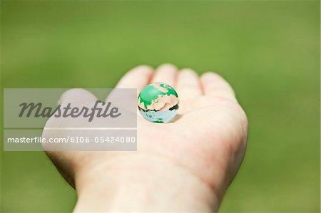 une bille de verre de terre