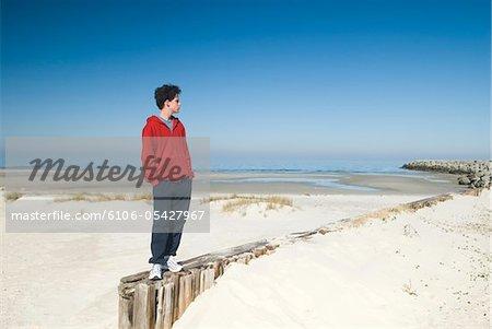 Jugendlicher am Outer Banks Beach (Cedar Island)