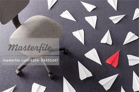 Papier Flugzeuge am Boden des Büros