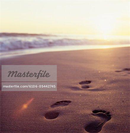 Spuren am Strand erreichen in Richtung Sonnenuntergang