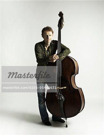 Man ruht sich auf seinem Cello.