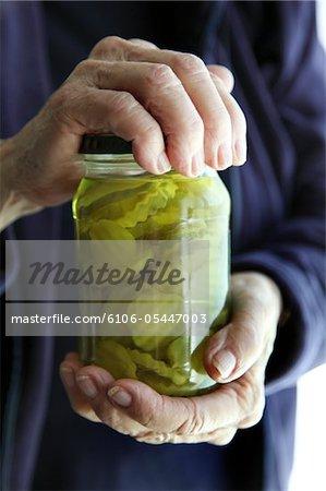 Senior Woman öffnet Pickle Jar