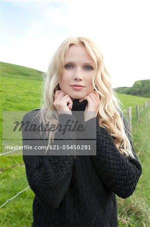 Portrait de jeune femme, à l'extérieur