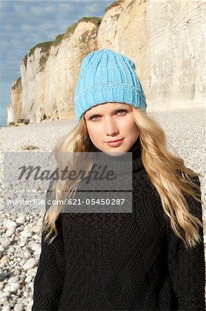 Femme portant le pull, bonnet laineux