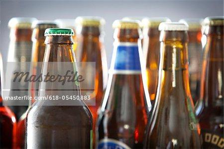 Flaschen an verschiedenen Flaschenbieren im studio