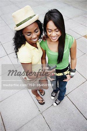 Zwei junge Frauen mit Handy