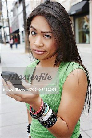 Unbeeindruckt Frau Holding-Handy