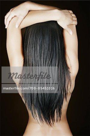 Frau mit langen Haaren im Studio