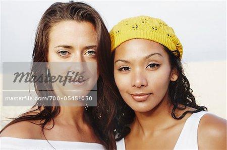 Porträt von zwei Frauen am Strand