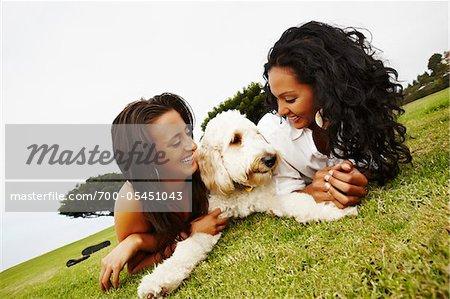 Zwei Frauen auf Boden mit Hund