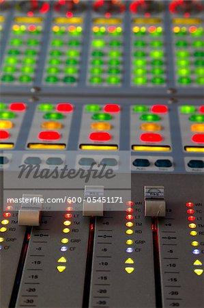 Regardant vers le bas à une musique professionnelle mixage illuminé, gros plan