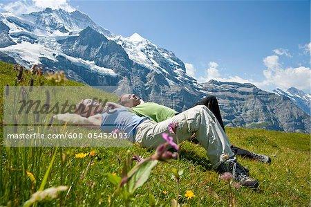 Paar, sitzen auf der Bergseite, Berner Oberland, Schweiz