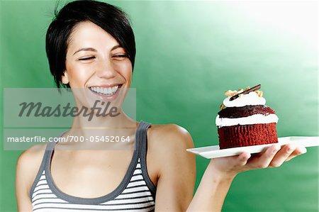 Femme tenant un gâteau sur plaque