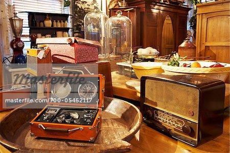Alte Radios auf dem Display in Antiquitäten Shop, Edinburgh, Schottland, Vereinigtes Königreich