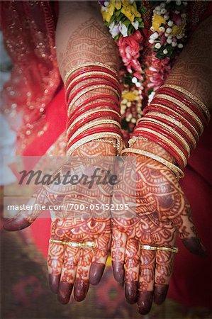 Hindu Braut Hände mit Henna geschmückt
